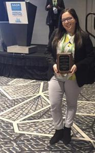 Investigación en Upenn al presentar en el American Association for Cancer Research (AACR) Annual Meeting. Recibió el Margaret Foti Foundation Undergraduate Prize for Cancer Research Mabel 2