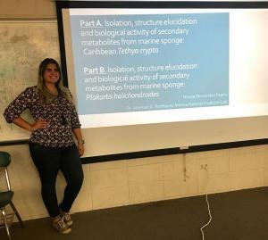 Nicole y Francis en sus presentaciones de los proyectos de investigación subgraduada. 1